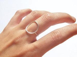 芸能人がYouTubeで着用した衣装指輪