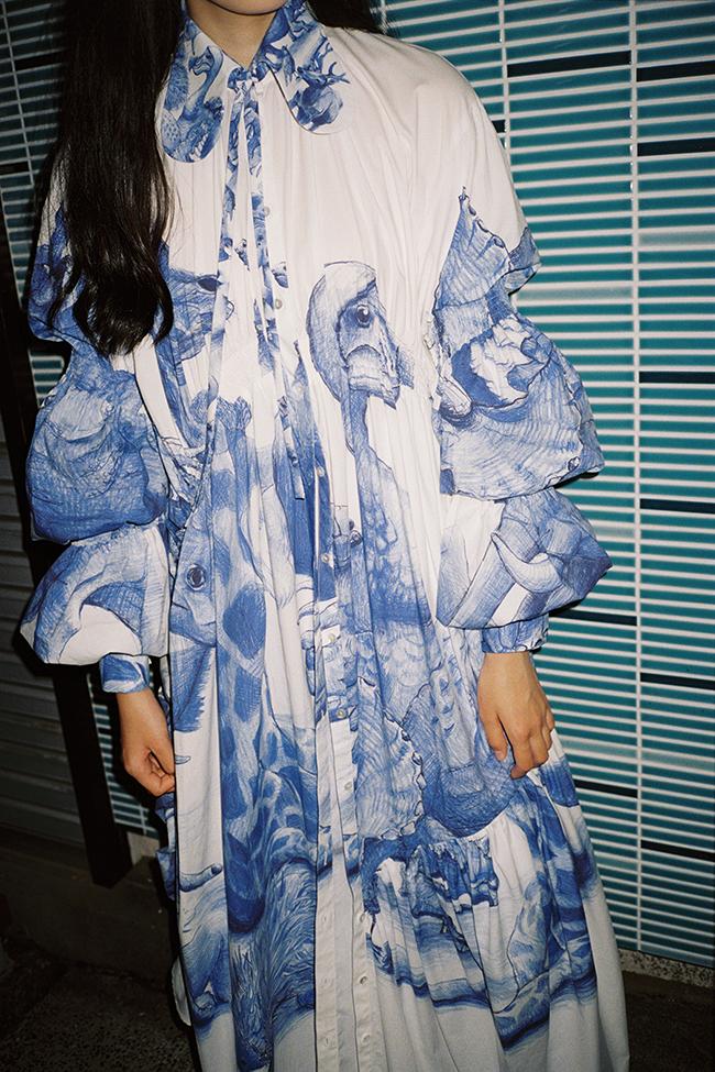 芸能人が完成報告会 BLUE/ブルーで着用した衣装ワンピース