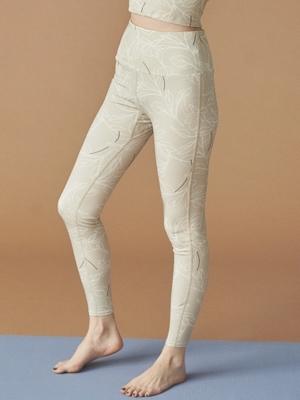 芸能人が雑誌 yogaJOURNALで着用した衣装パンツ