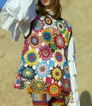 芸能人が公開アフレコ クレヨンしんちゃんで着用した衣装ニット