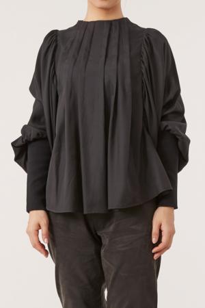 芸能人が月とシネマで着用した衣装シャツ/ブラウス
