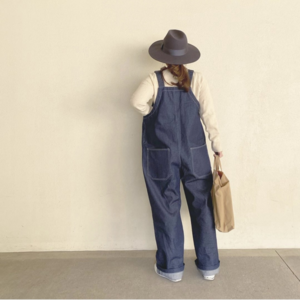 芸能人が死幽学旅行で着用した衣装デニムパンツ