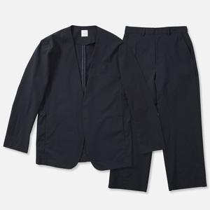 芸能人が記者会見 新しいカギで着用した衣装ジャケット、パンツ