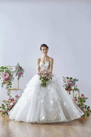 芸能人が桜の塔で着用した衣装ウェディングドレス