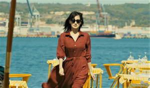 芸能人が映画『奥様は取り扱い注意』で着用した衣装ワンピース