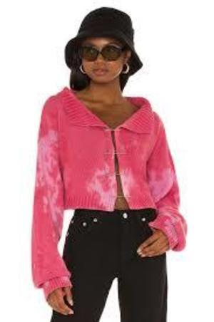 芸能人がInstagramで着用した衣装セーター、パンツ