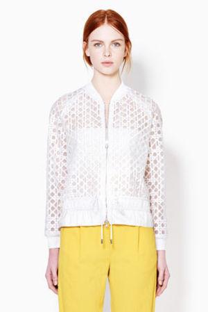 芸能人がcm カネボウ化粧品 フレッシェルで着用した衣装ホワイトのシースルーブルゾン