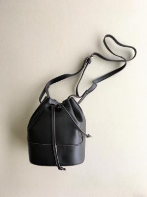 芸能人がシューズブランド「卑弥呼」webサイトで着用した衣装ショルダーバッグ