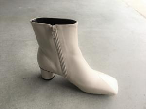 芸能人がカイモノラボで着用した衣装ブーツ