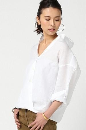 芸能人主役・40歳のキャリアウーマンがオトナ女子で着用した衣装白のブラウス