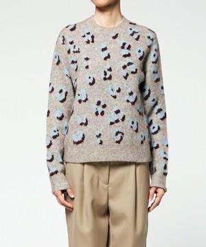 芸能人がブログで着用した衣装グレーの柄ニット