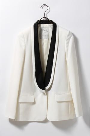 芸能人主役・40歳のキャリアウーマンがオトナ女子で着用した衣装白いジャケット