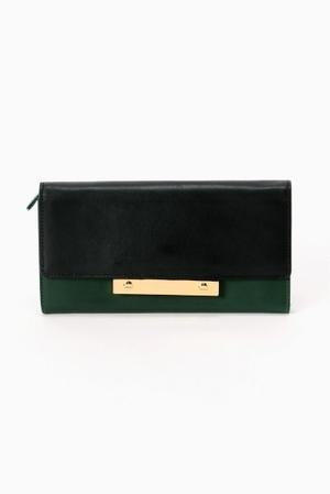 芸能人主役・40歳のキャリアウーマンがオトナ女子で着用した衣装財布