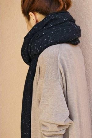 芸能人主役・40歳のキャリアウーマンがオトナ女子で着用した衣装マフラー