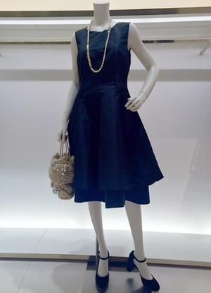 芸能人エリート銀行マンの姉がナオミとカナコで着用した衣装ワンピース
