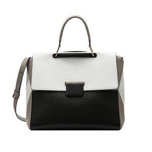 芸能人結婚しない女・キャリアウーマン・総合商社勤務が家族ノカタチで着用した衣装バッグ
