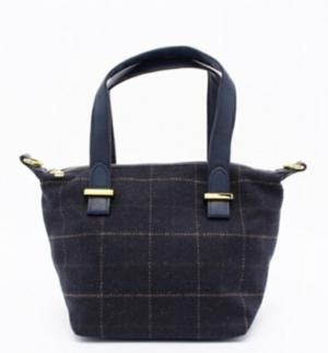 芸能人北川景子が黒い樹海で着用した衣装バッグ