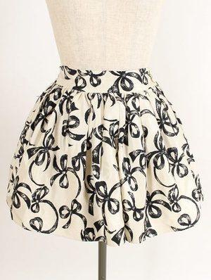 芸能人なしがTwitterで着用した衣装スカート