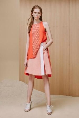 芸能人がホンマでっか!?TVで着用した衣装白いニットとサーモンピンクのスカート
