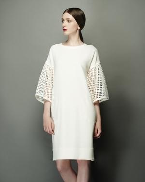 芸能人が金曜日の聞きたい女たちで着用した衣装白のワンピース