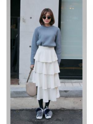 芸能人が頼まれていないけど、一旦会議をしてみましょうで着用した衣装スカート