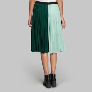 芸能人がCM ガルボで着用した衣装スカート