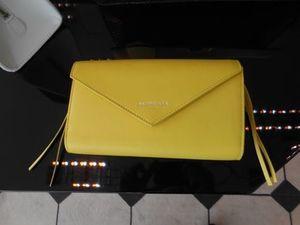 芸能人がブログで着用した衣装財布