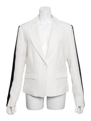 芸能人主役・不動産会社チーフが家売るオンナで着用した衣装ジャケット