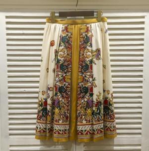 芸能人不動産会社デスクが家売るオンナで着用した衣装スカート