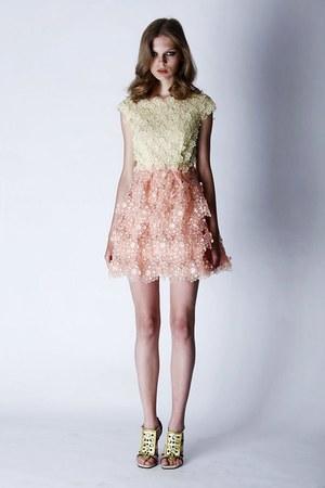 芸能人がロリエ スリムガードで着用した衣装ドレス