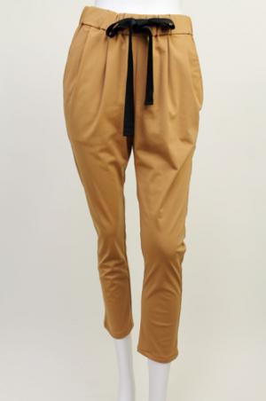 芸能人穂川果音がアベマプライム  で着用した衣装パンツ