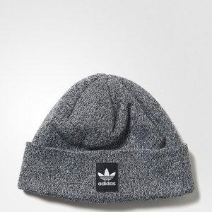 芸能人がInstagramで着用した衣装帽子/ニット