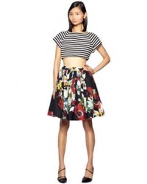 芸能人が年越しカウントダウンTVで着用した衣装スカート