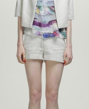 芸能人が会報誌 リプルで着用した衣装ショートパンツ