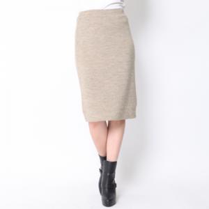芸能人穂川果音がアベマプライムで着用した衣装スカート