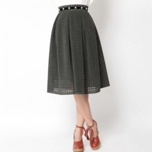 芸能人吉岡りほが朗読屋で着用した衣装スカート