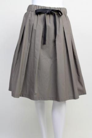 芸能人安藤聖が東京女子図鑑で着用した衣装スカート