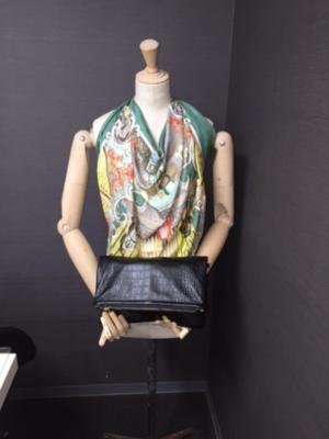 芸能人が稲垣家の喪主で着用した衣装クラッチバッグ