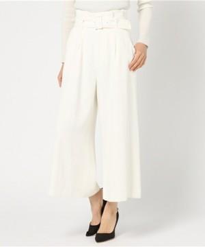 芸能人ステキ女子・化粧品会社の庶務課勤務が人は見た目が100パーセントで着用した衣装パンツ