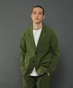 芸能人イケメンの美容師アシスタントが人は見た目が100パーセントで着用した衣装ジャケット
