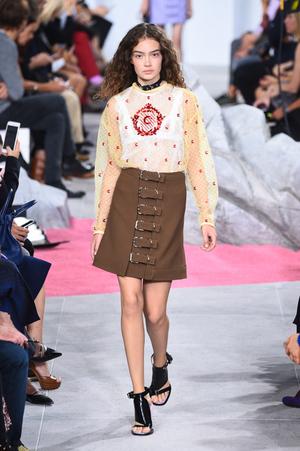 芸能人がナイロンで着用した衣装スカート