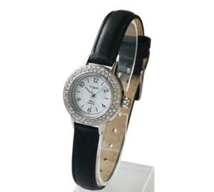 芸能人ステキ女子・化粧品会社の庶務課勤務が人は見た目が100パーセントで着用した衣装時計