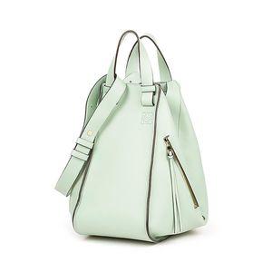 芸能人ステキ女子・化粧品会社の庶務課勤務が人は見た目が100パーセントで着用した衣装バッグ