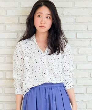 芸能人女子モドキ・S(小柄でぽっちゃり)が人は見た目が100パーセントで着用した衣装シャツ / ブラウス