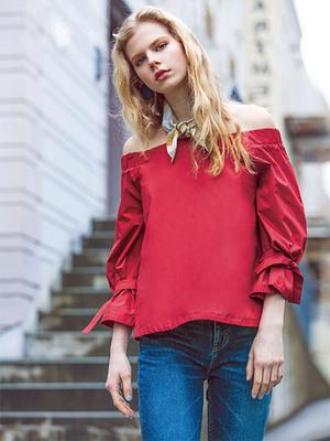 芸能人ステキ女子・化粧品会社の庶務課勤務が人は見た目が100パーセントで着用した衣装ブラウス