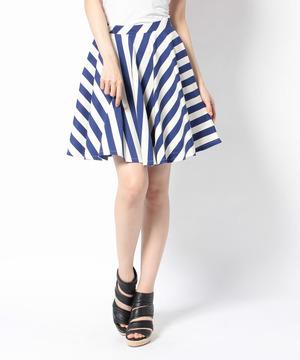 芸能人が花王 フレアフレグランス CM 恋の予感で着用した衣装トップス、スカート