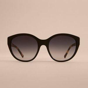 芸能人主役・不動産会社チーフが家売るオンナで着用した衣装メガネ