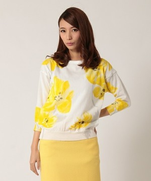 芸能人女子モドキ・S(小柄でぽっちゃり)が人は見た目が100パーセントで着用した衣装ニット
