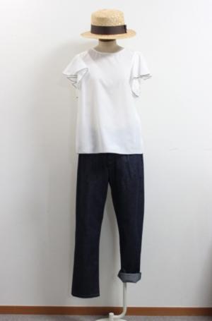 芸能人がケアニンで着用した衣装デニムパンツ
