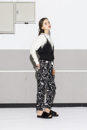 芸能人役柄:スタイリストがセシルのもくろみで着用した衣装パンツ